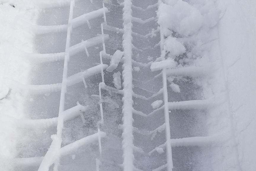 ギュギュ~っと新雪を踏みしめる。この写真はシャーベット+新雪のみだが、この下に「濡れたスケートリンク」が埋まっている路面が一番恐ろしい