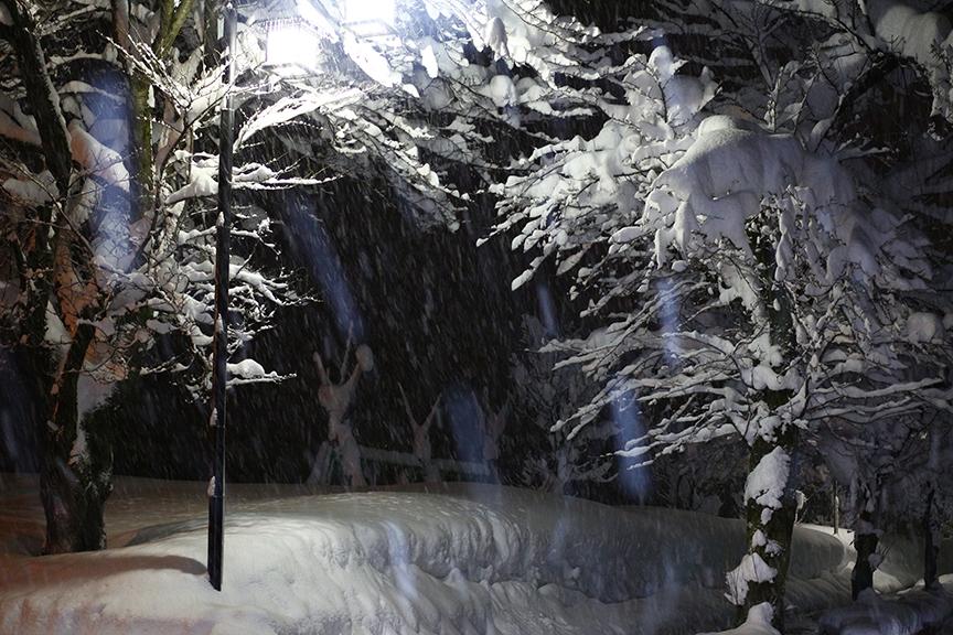 夜になって雪がさらに強まる。それでも除雪と融雪設備が完璧なので、山を下りればアスファルトが顔を出している