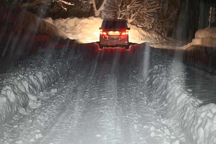 除雪とのタイミングが合わないと、自らがラッセル車状態になることも。とにかくこの夜は猛烈な降雪量だった