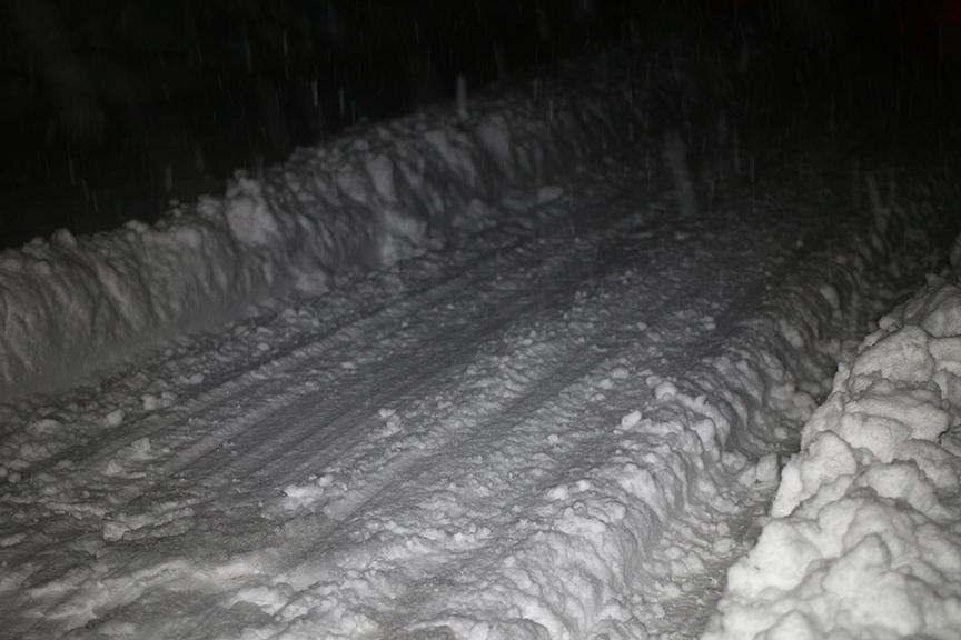 クルマの底部をこすりながら走っていることが分かる。この地域特有のサラサラふかふか新雪だから走行できるが、重く湿った雪なら走行不能。雪質やその下の路面状況が読めない場合は引き返す勇気も大切だ