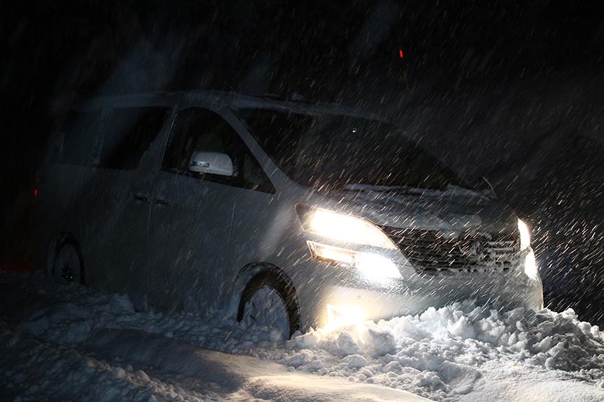 タイヤとクルマ的にはまだ行けても、運転手的にそろそろ帰ろうかな……と思わせるドカ雪。それ以上に撮影助手が限界モードだったのはナイショ(笑)