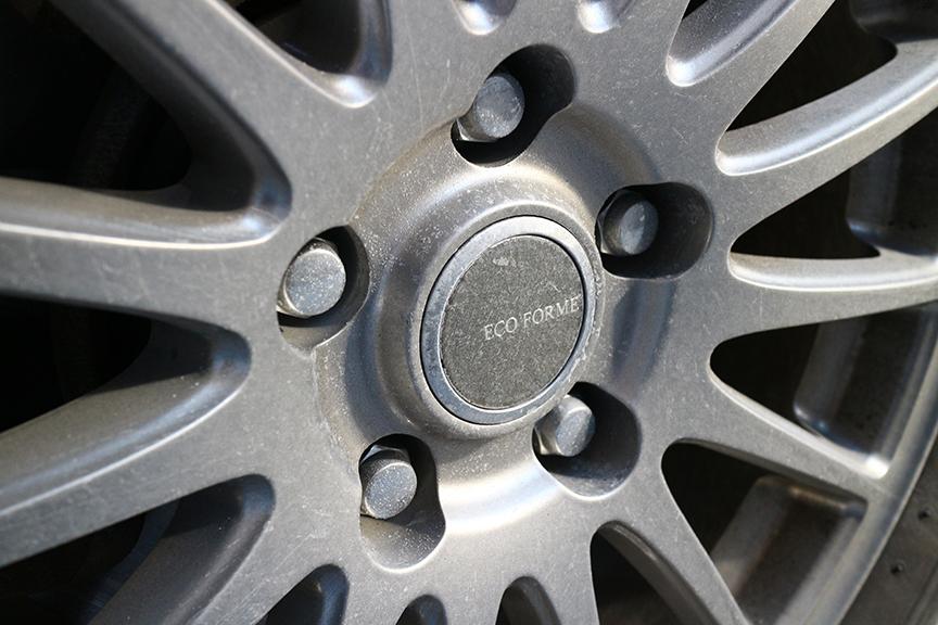 ホイールも同様に塩だらけ。アルミだから錆びることはないだろうが、すぐ洗車しなくては。(新品状態のタイヤとホイールは前編を参照されたし)