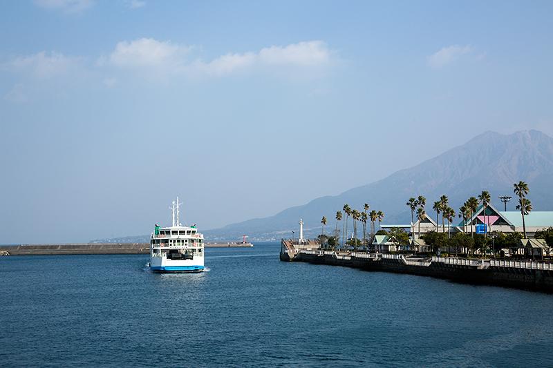 桜島へ向け出航。向かいからは鹿児島港に向かうフェリーが入ってきた