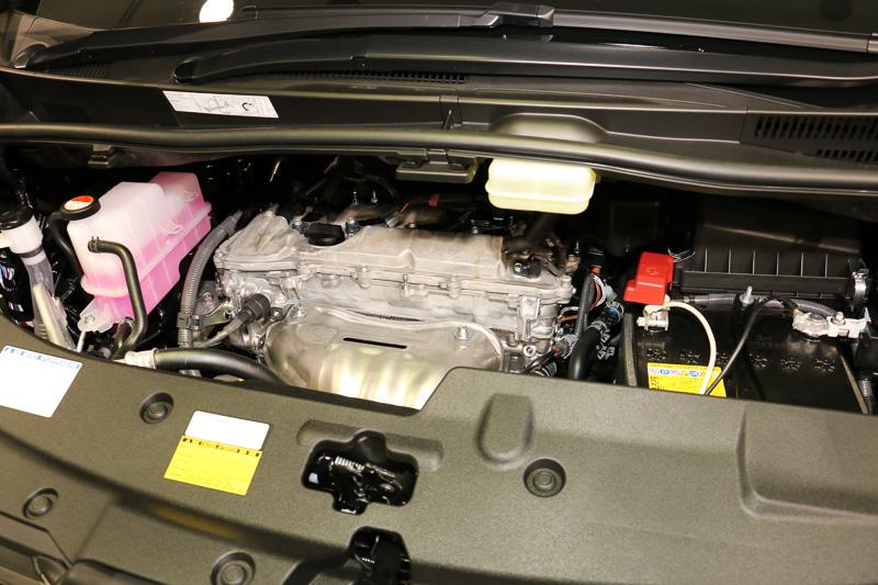 パワートレーンは2.5リッターエンジン+モーターのハイブリッド(左)、V型6気筒DOHC 3.5リッターの「2GR-FE」(中央)、直列4気筒DOHC 2.5リッターの「2AR-FE」(右)の3種類