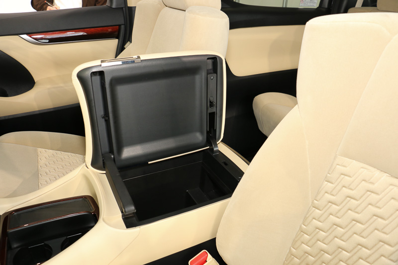 フロントシート間のアームレストコンソールは左右両方に開閉可能