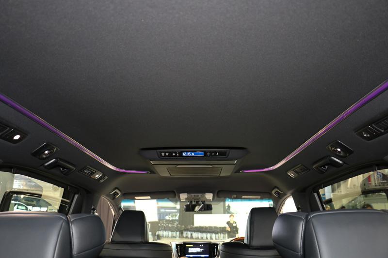 全車のルーフにトヨタ車初採用の「LEDルーフカラーイルミネーション」を設定