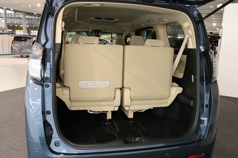 サードシートは左右分割の跳ね上げ格納を採用する