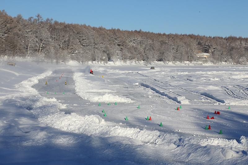 女神湖の湖上で行なわれたドライビングレッスン。当日は氷のコンディションがわるく、外周路が使えなかったのが残念だった