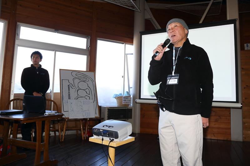 プロスペックWinter Drivingを主催するのは自動車ジャーナリストとしても活躍する日下部保雄氏。自らもインストラクターとして参加者にレクチャーを行なっていた