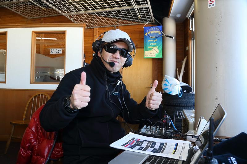 参加者はFMラジオを付けることで指示を受ける。DJによるタイムアタックの解説も楽しむことができた