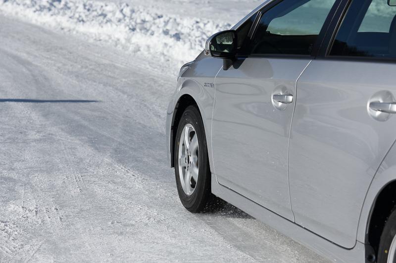 ブレーキング時の制動距離は、明らかに違った。氷上でもしっかりとしたグリップ感が得られいるのが特徴になる