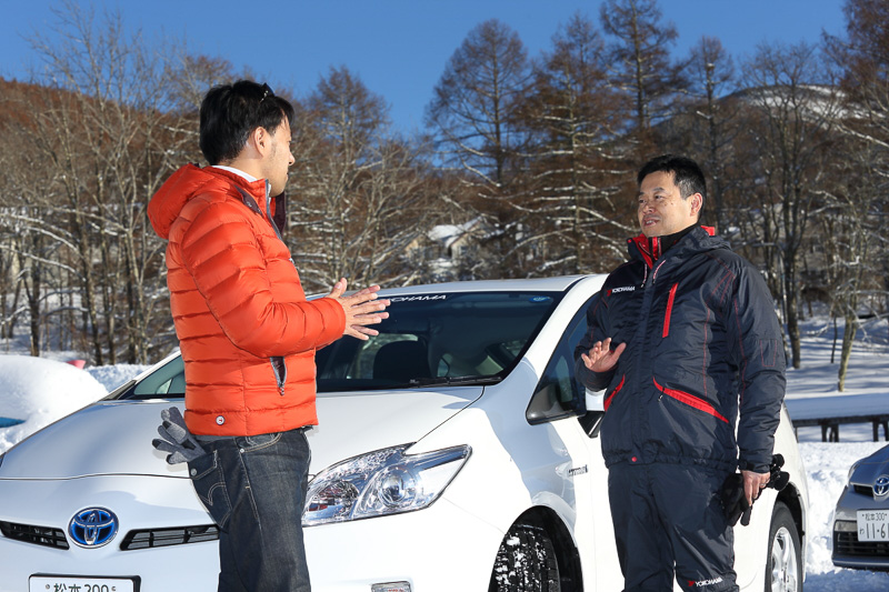 ヨコハマタイヤの開発陣もドライビングレッスンに帯同していて、気軽にタイヤの性能や選び方などを聞くことができる