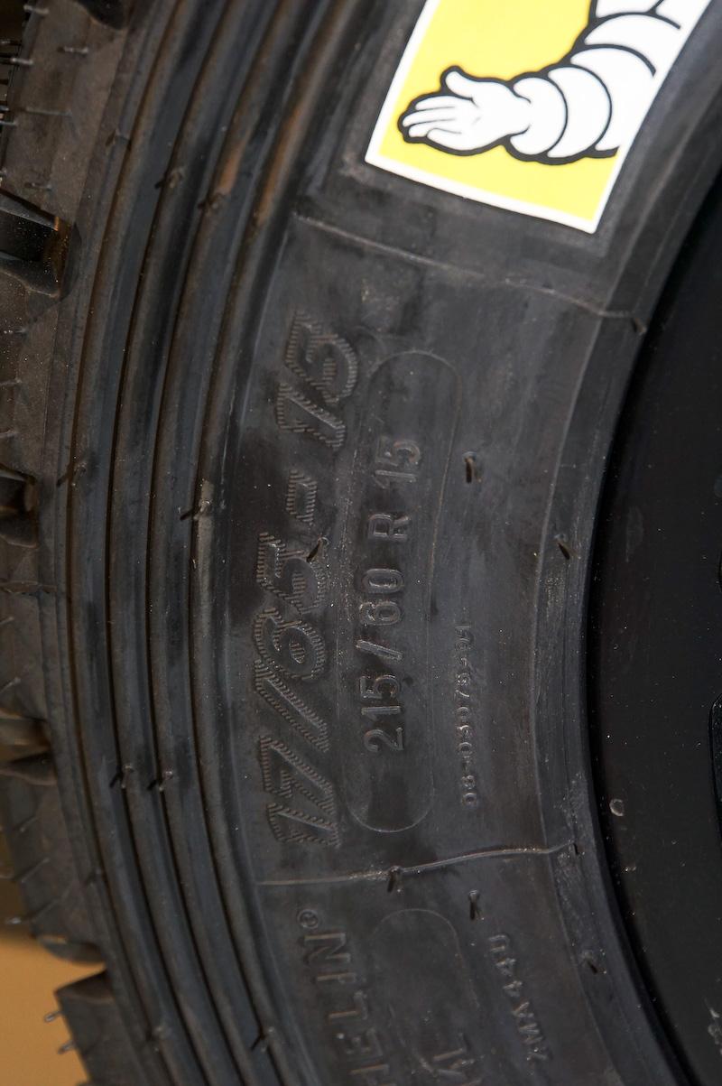 リアタイヤのサイズ。やはり215/60 R15とマーキングされていた