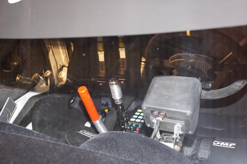 フロントウインドーから覗いたコックピット。シフトレバーなどが確認出来た