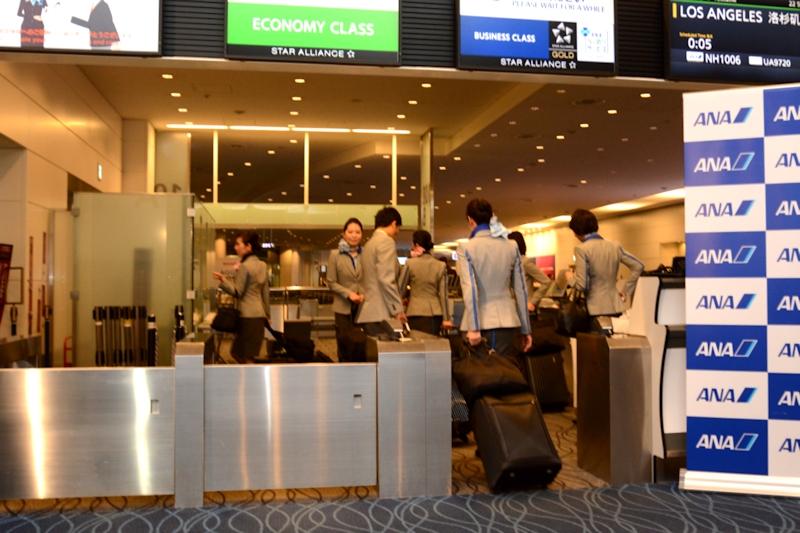 機内へと向かう客室乗務員。今後は客室乗務員がこの制服を着て空港内を歩く光景が日常となる