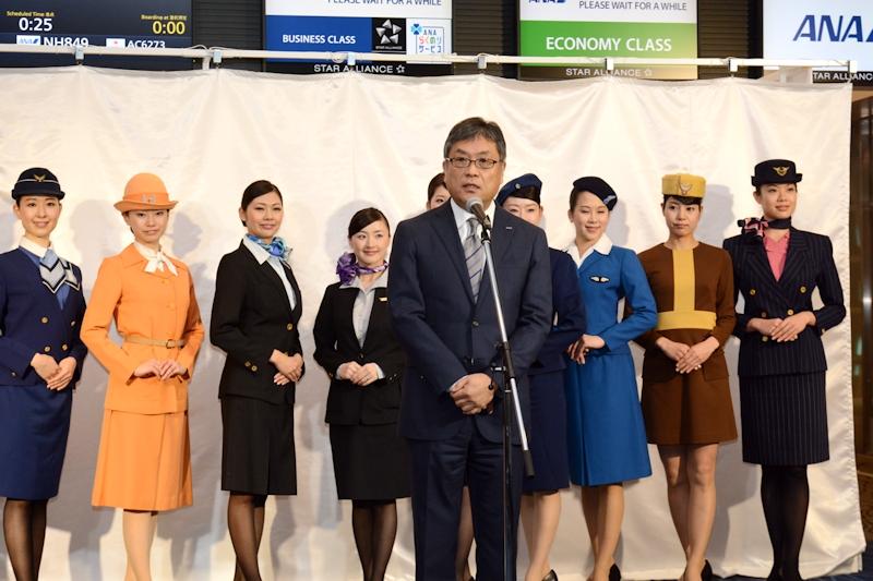 歴代制服をバックに挨拶する全日本空輸 上席執行役員兼東京空港支店長 加藤勝也氏