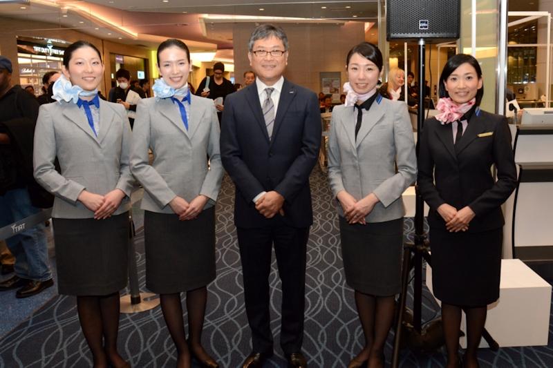 新制服の地上旅客スタッフと加藤上席執行役員