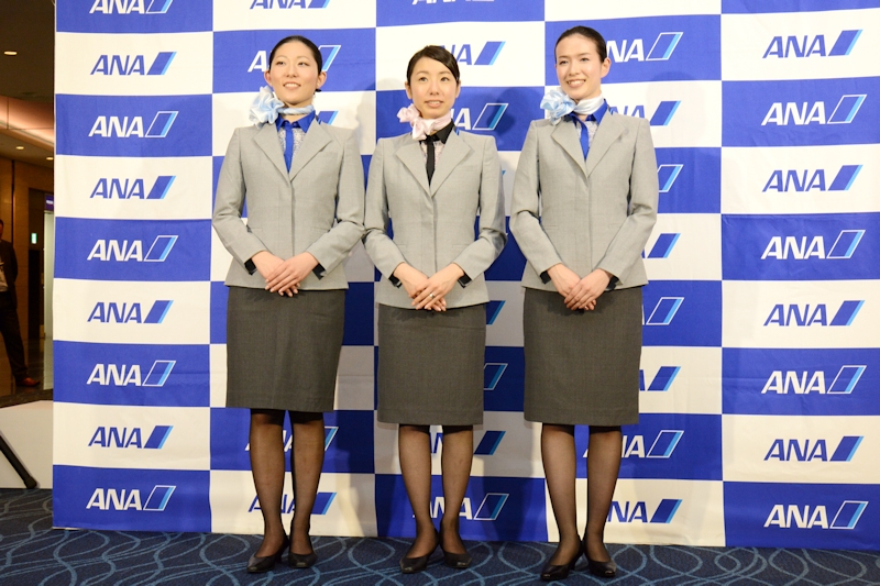 新制服はライトブルーのジャケットとチャコールグレーのスカート