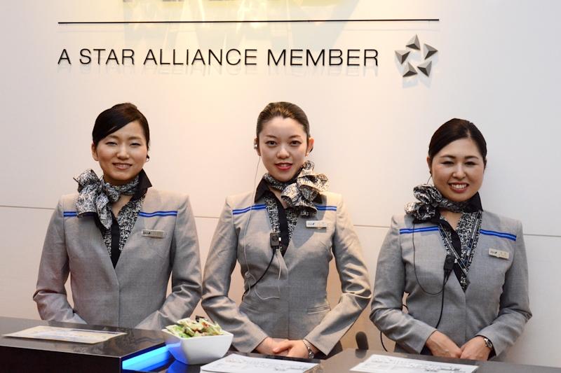 ラウンジも2月1日0時を境に新制服に移行。ブラウスやスカーフは客室乗務員や地上旅客スタッフと比べて落ち着いた色合い