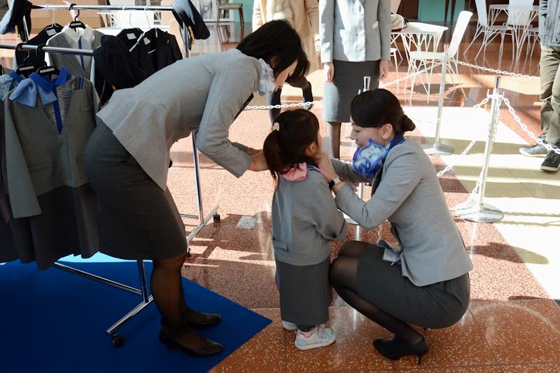 子ども連れを中心に多くの人が立ち寄り、記念撮影を楽しんでいた