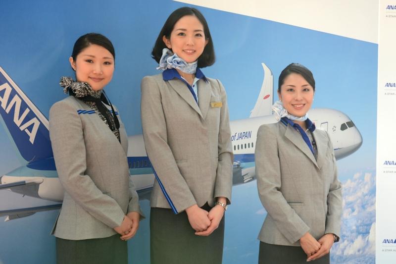 新制服を着用したスタッフ。左からラウンジスタッフ、客室乗務員、地上旅客スタッフ