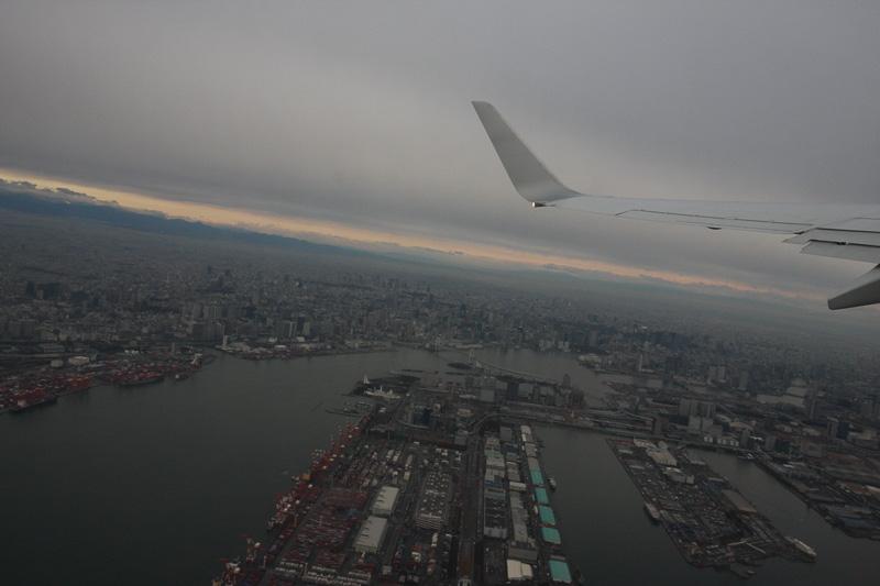 青森空港へはJALの1201便で向かった。曇り空の羽田空港を離陸