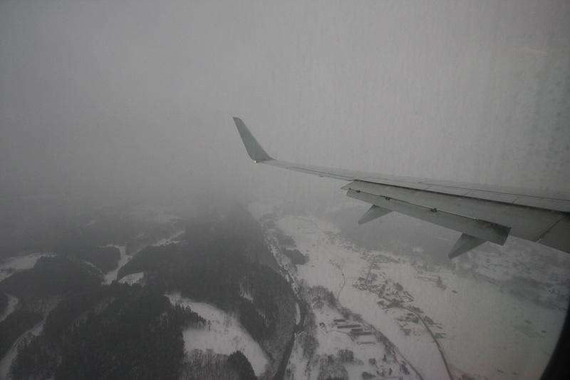 青森空港に近づき高度が下がると、そこは雪国