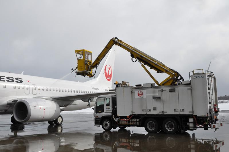 """降雪量日本一の青森空港で活躍するJALの""""冬のはたらくクルマ""""、ディアイシングカー"""