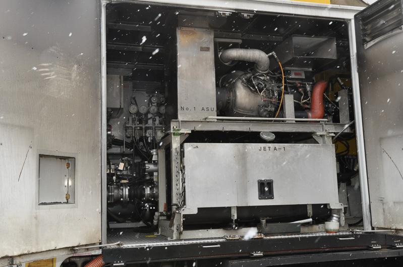 534Sの後部には、ブロアー用空気発生機としてAPUが2基積まれている