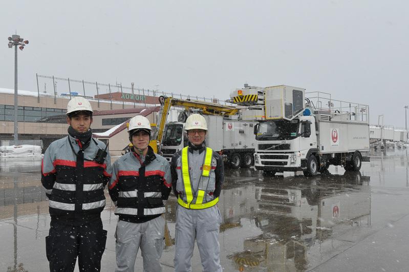 今回お話をうかがったJALエンジニアリングのスタッフ。左から佐藤守氏、中村英夫氏、藤田勝義氏