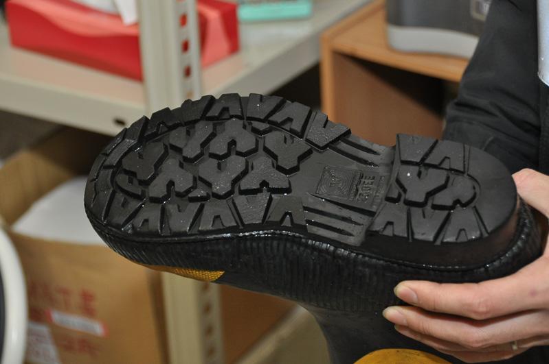 中村氏の履いていた長靴。安全靴で雪国仕様。底面はブロックパターンが刻まれる