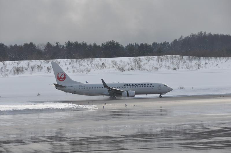 ボーイング 737-800のジェットエンジンがカパッと開き、噴射方向を逆転させるスラストリバーサで減速。ちなみに航空機にはスタッドレスタイヤはないとのこと