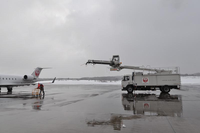 離陸時刻の早いCRJからディアイス作業・アンチアイス作業開始。作業にはエレファントベータを用いた