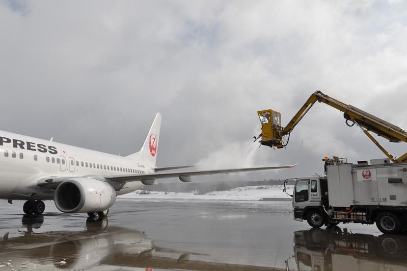 羽田便の作業が始まったので、そちらを見学。こちらはもう1台の534Sが作業。空が晴れてきた