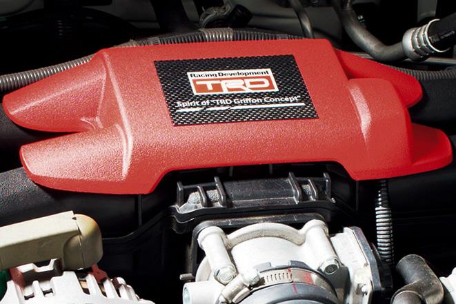"""「インテークマニホールドカバー」のカーボンプレートには「Spirit of""""TRD Griffon Concept""""」と表記されている"""
