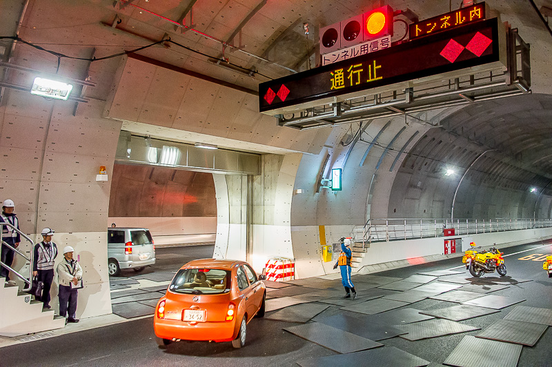 外回り線で事故が発生し通行不能になったという想定で、内回り線へ車両を誘導し、トンネル内から退出させる。トンネル内に設けられた内外線を仕切るシャッターを開けて車両を誘導