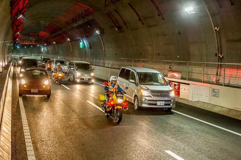 首都高バイク隊が車のあいだをぬって急行