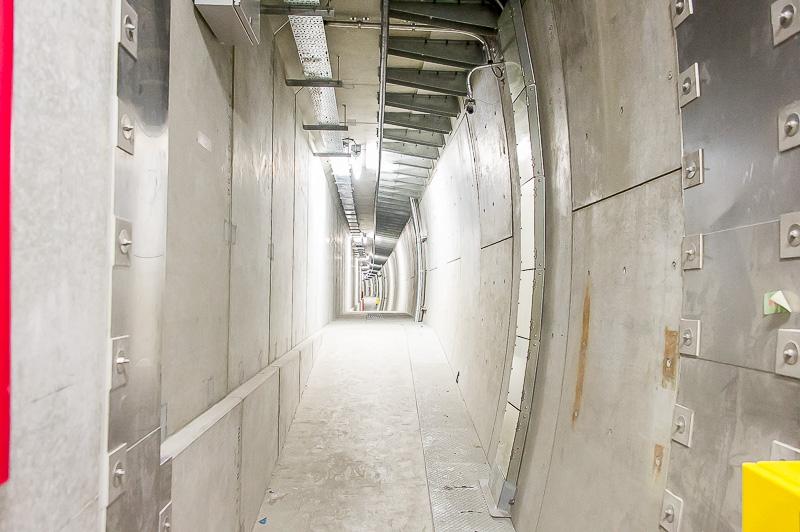 独立避難通路の内部。内部は独立の空調になっており、火災時は気圧が上がるため、この通路に入れば煙が入ることなく安全に避難できる