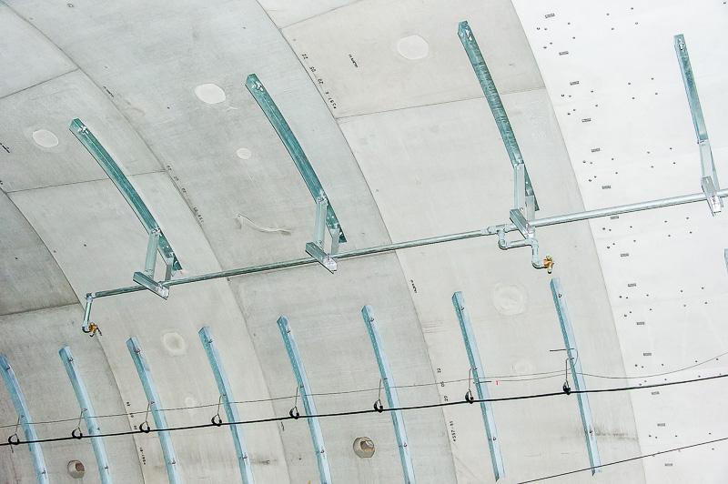 トンネル内全域にある水噴霧装置。管制室から初期消火を行う際に使用される