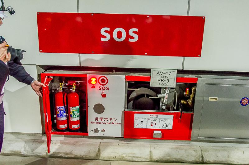 50mおきにある非常ボタンと消火栓、消火器。火災が発生したら、まずSOSボタンを押して通報、自己で対処できる場合はこれらを使用してドライバーが消火にあたる。