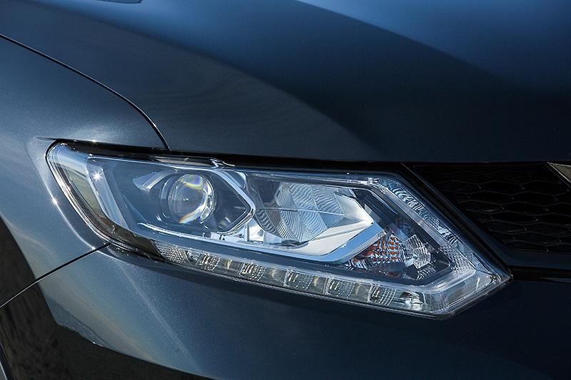 ベース車にオプション設定(のぞく20S)される「LEDヘッドランプ」(ハイ/ロービーム、オートレベライザー付、フレンドリーライティング作動付、シグネチャーLEDポジションランプ付)を特別装備
