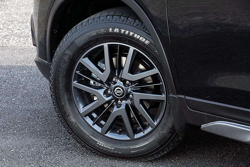 ブラックメタリックカラーの専用17インチアルミホイール(17×7J)に225/65 R17サイズのタイヤを組み合わせる。時節柄、撮影車にはミシュランのスタッドレスタイヤが装着されていた