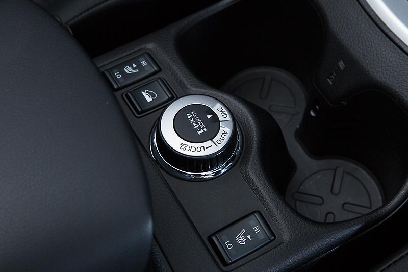 センターコンソールの中央に「ALL MODE 4×4-i」のコントロールダイヤルを設置。その左側にあるのは「アドバンスドヒルディセントコントロール」のスイッチ
