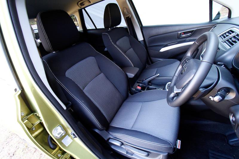シンプルな造形のダッシュボードだが、異なる材質を組み合わせることで単調にならない効果を生み出している。シートはホールド性も考えたスポーツ形状。4WDには運転席、助手席ともにシートヒーターが付く。全長が伸びたぶん、後席の足下は広くなっていて、さらに前席のシートバック形状を見直すことで膝の部分のスペースも広がった