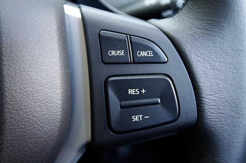 革巻きステアリング。スポークは3本で左右のスポーク部にスイッチが付く。左側がオーディオ系やメーター表示のコントローラーで、右側がクルーズコントロール系。各スイッチは大型で操作しやすい形状。CVTはパドルシフトでも操作できる