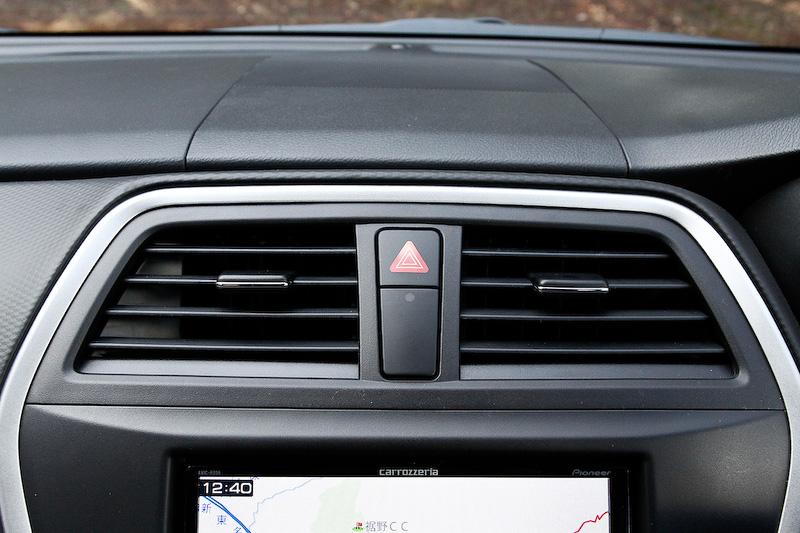 左のワイパーレバーにはフロント、リヤのワイパー操作が設定される。フロントワイパーに関しては雨を感知して自動的にワイパーON/OFFを行うオートモードもある。右のレバーはライト系。ライトも外の明るさを感知してヘッドライトを自動でON/OFFするオートモードが用意される。ハザードランプスイッチは操作しやすいインパネ上部に付いている