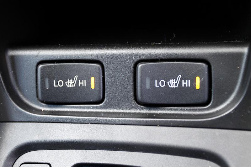 撮影車にはオーディオ一体式のカーナビが付いていたが、これはオプション扱い。エアコンは左右独立温度調整機能が標準で装備される。4WD車にはシートヒーターが付き、座面と背中面にヒーターが入るタイプだ