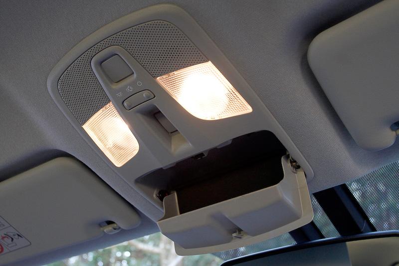 ルームランプは大型なものを採用し、十分な明るさを確保。ここにはサングラス等を入れる収納もある。サンバイザーはチケットホルダー付きで、照明付きのバニティミラーも用意される