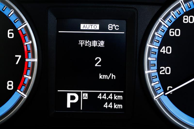 シンプルで見やすいメーターデザイン。中央のマルチインフォメーションディスプレイでは瞬間燃費、平均燃費、航続可能距離などの各種情報を確認できる