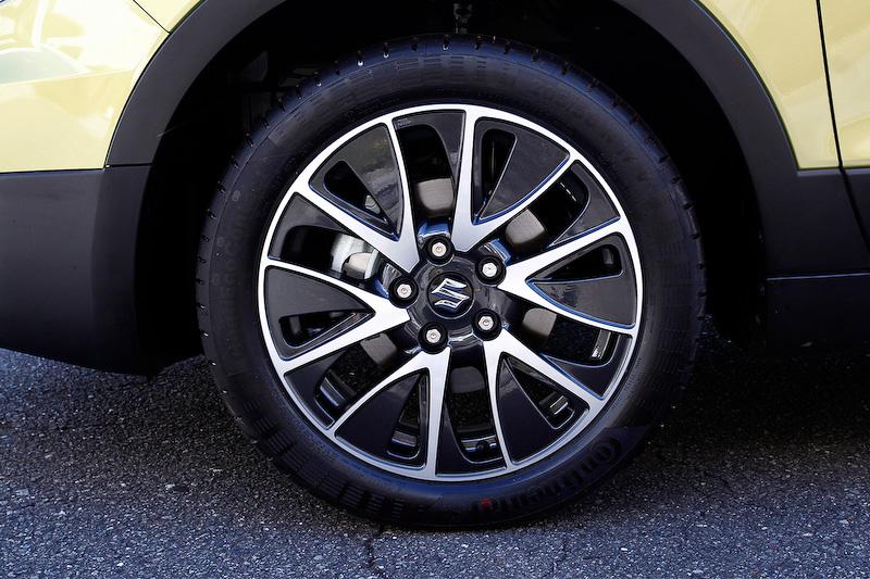 ヘッドライトはディスチャージ式でLEDポジションランプ付き。オートレベライザーも装備する。ヘッドライトウォッシャーも標準装備。アルミホイールは17インチ(タイヤサイズは205/50 R17)となっている
